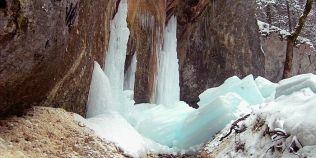 FOTO Feerie de gheata la Canionul Sapte Scari. Obiectivul turistic a fost si subiect de Discovery