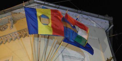 Laszlo Tokes a arborat steagul romanesc revolutionar, cu gaura, langa cel al Tinutului Secuiesc