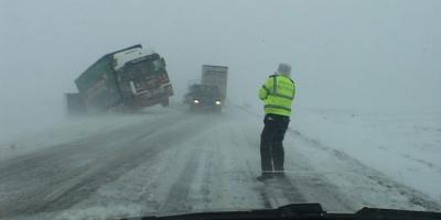 FOTO Drumuri din Suceava, inchise din cauza viscolului. Vizibilitate zero intre Siret - Radauti si Iacobesti - Siret