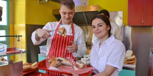 FOTO America la Cluj: doi tineri au deschis un local in stilul anilor `50 si vand burgeri facuti dupa o reteta proprie