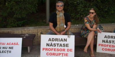Protest la Craiova fata de Nastase, venit pentru a sustine o conferinta:
