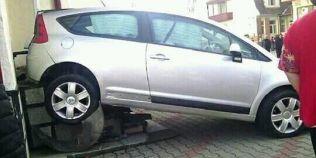 Accident neobisnuit la Bistrita: o soferita incepatoare a parcat intr-o biserica