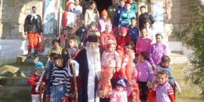 Calugarii care se deghizeaza in Mos Craciun pentru copiii saraci din colturile Dobrogei: