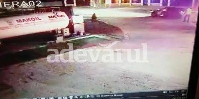 VIDEO Politist tarat 100 de metri de masina unui sofer baut. Imagini surprinse intr-o benzinarie din Racari