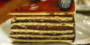 Tortul Dobos, inventat de un cofetar maghiar, a starnit admiratia imparatului Franz Jozef si a reginei Elisabeta Sissi