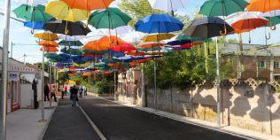 FOTO O strada din Hunedoara a fost impodobita cu umbrele suspendate