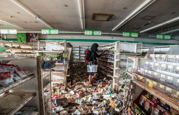 Cum arata magazinele din FUKUSHIMA, dupa dezastrul de la centrala NUCLEARA. Produse IRADIATE insotite de praf MORTAL, in intregul ORAS-FANTOMA   GALERIE FOTO