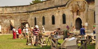 Cum se restaureaza un monument istoric. O fundatie din Cluj continua la Bontida seria atelierelor de zidarie, pietrarie si tamplarie