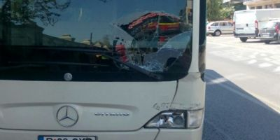 Unui sofer RATB i s-a facut rau la volan si a intrat cu autobuzul intr-un stalp. Doua persoane au ajuns la spital