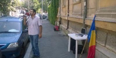 Profesorul grevist din Olt si-a rezolvat problema abia dupa ce a protestat in fata Ministerului Educatiei: