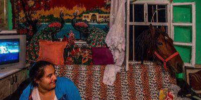 FOTO Cea mai mare comunitate de romi din Transilvania, prezentata intr-un album fotografic de o agentie spaniola