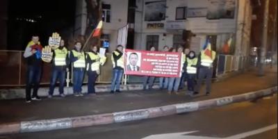 VIDEO Protest in fata cabinetului din Pitesti al deputatului Catalin Radulescu