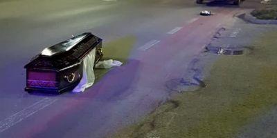 VIDEO FOTO Scene incredibile in vestul Romaniei. Masina de la pompe funebre a pierdut pe drum cosciugul cu decedatul
