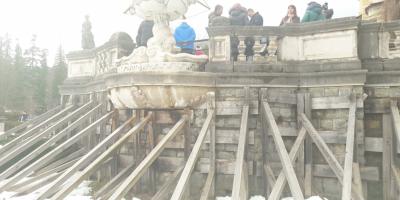 VIDEO Castelul Peles, intr-o avansata stare de degradare. Terase sprijinite cu proptele, mucegai gros pe marmura de Carrara, plus balcoane subrede