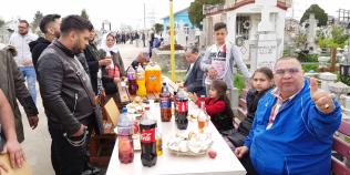 VIDEO Romii din Buzau au facut gratar in cimitir si au intins mese bogate printre morminte de Pastele Blajinilor