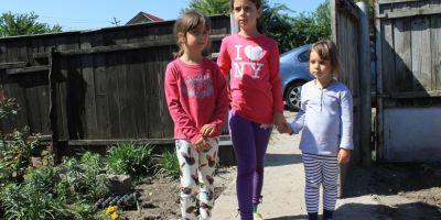 Trei fetite au ramas pe drumuri dupa ce un incendiu cumplit le-a distrus casa.